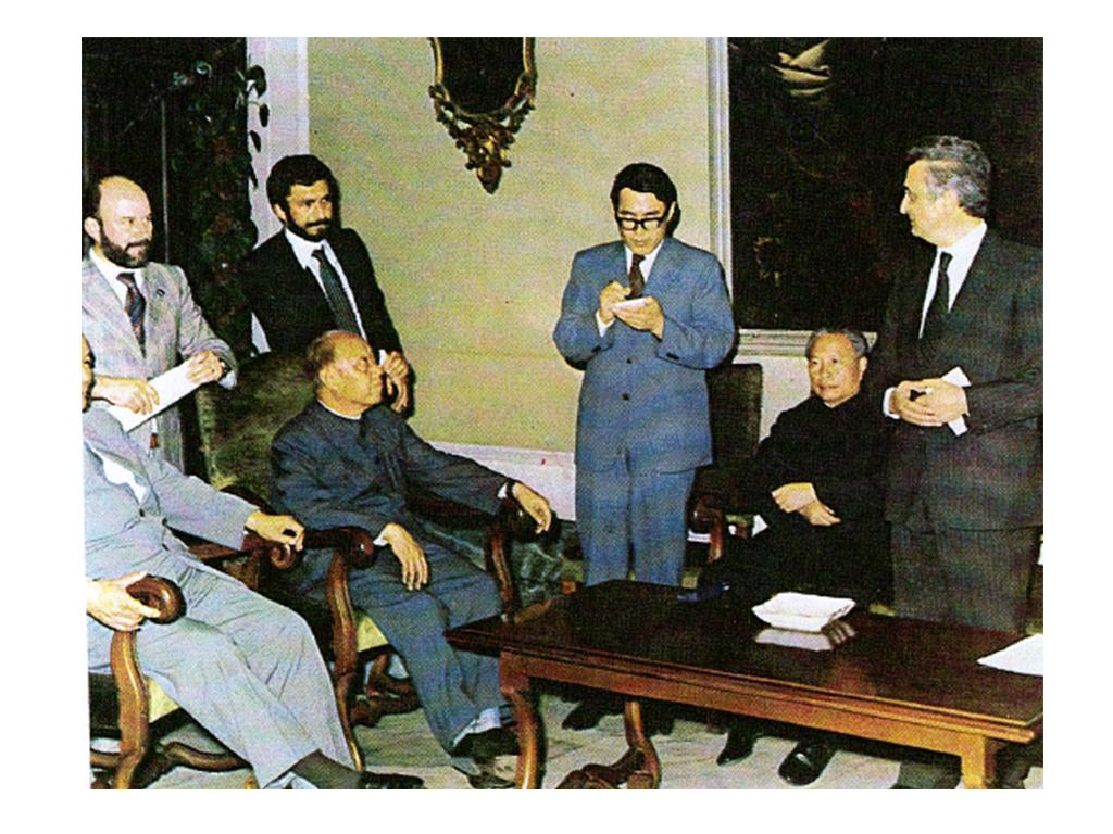 1979, Milano. Il Sindaco di Shanghai, sig. Peng Chong, il Presidente dell'Associazione di Amicizia con i Popoli Esteri, sig. Wang Bing Nan e il Presidente, Sen. Vittorino Colombo, durante la cerimonia di gemellaggio tra Milano e Shanghai.
